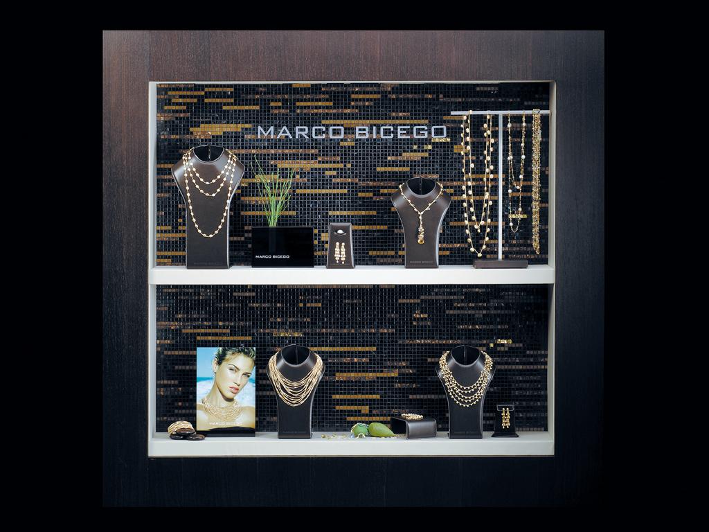 necklace exhibition design